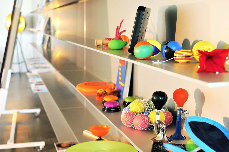 Detailansicht der kreativen Gadgets wie Jojos, Frisebees, Bälle und Hupen